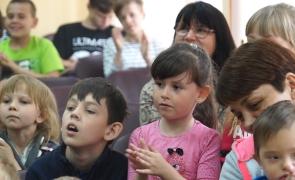 (ВИДЕО) Мячи и мягкая мебель в подарок: «Теплый дом» посетил глава округа Олег Луцук